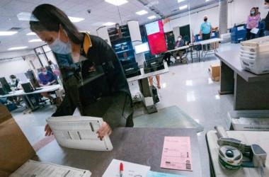 2020年11月5日、アリゾナ州フェニックスのマリコパ郡投票所で開票作業を行うスタッフ(Olivier Touron/AFP via Getty Images)