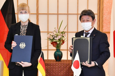 署名を終えたイナ・レーペル駐日ドイツ大使(左)と茂木敏充外務大臣(右)(外務省ホームページより)