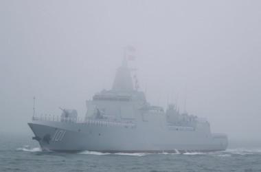 軍事演習に参加するレンハイ級ミサイル駆逐艦。今回、日本海へ航行したのも写真の艦である(Photo credit should read MARK SCHIEFELBEIN/AFP via Getty Images)