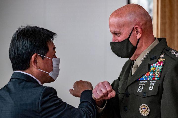 茂木外相と米海兵隊のデイビット・H・バーガー将軍(Photo by PHILIP FONG/AFP via Getty Images)