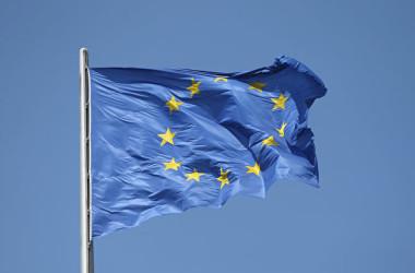 中国の報復制裁に抗議するため、EU5カ国は中国大使を召喚した。写真はEUの旗(Sean Gallup/Getty Images)