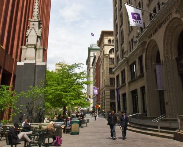 マンハッタンのワシントン・スクエア公園の南東側に位置するニューヨーク大学(NYU)のキャンパスの様子。MBA学生用の校舎であるヘンリー・カウフマン・マネジメント・センター(KMC)のビルにて(Benjamin Chasteen/The Epoch Times)