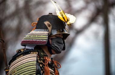 聖火ランナーを出迎えた野馬追の騎馬武者(Photo by PHILIP FONG/AFP via Getty Images)