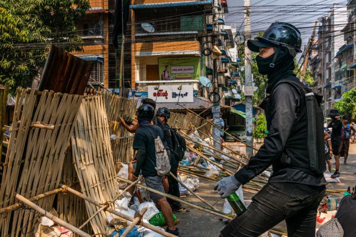3月24日、道路にバリケードを設置する若いデモ参加者(Stringer/Getty Images)