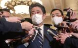 2020年12月、首相官邸で報道陣の取材に応じる安倍首相(当時)(STR/JIJI PRESS/AFP via Getty Images)