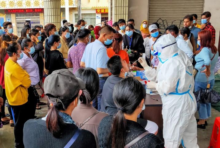 2020年9月、雲南省・瑞麗市で市民を対象に核酸検査が行われた(STR/AFP via Getty Images)