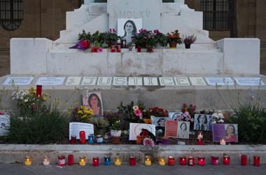 2020年10月16日、マルタ・バレッタにあるダフネ・カルアナ・ガリツィア氏記念碑の前(Joanna Demarco/Getty Images)