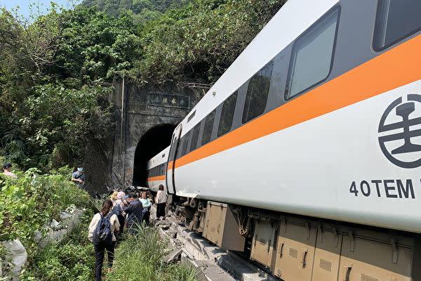 4月2日、台湾の花蓮県に位置するトンネル内で、特急車両が脱線した。死傷者が多数出る大事故となった(台湾消防署提供写真)