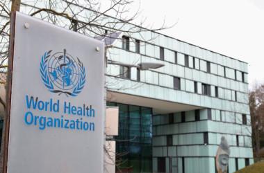 2020年2月6日、スイスのジュネーブで新型コロナウイルス感染症の最新状況に関する理事会の会合が開かれた。写真はWHOの建物の前にあるロゴ(Reuters/Denis Balibouse)