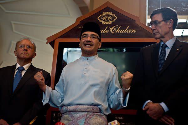写真はヒシャムディン・フセイン(Hishammuddin Hussein,中)マレーシア外相(MANAN VATSYAYANA/AFP)