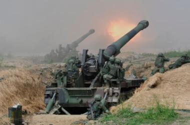 2019年5月30日、台湾南部屏東県で行われた第35回「漢光」軍事演習中、8インチ自走砲2門が発射された(Sam Yeh/AFP via Getty Images)