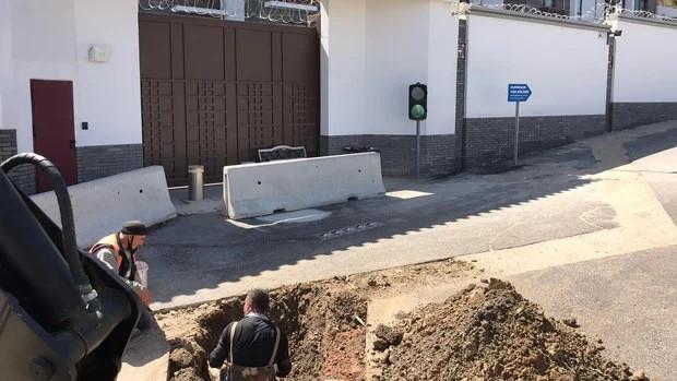 2021年4月7日、トルコ・アンカラ市の政府当局者は、当局が中国大使館の外に大きな穴を掘ったことを示す写真を公開した(アンカラ市政府管理職員のツイッター画像)