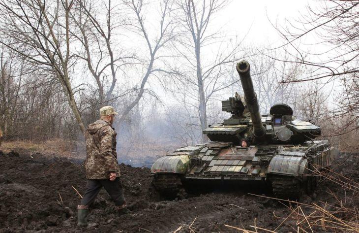 ウクライナ軍人と戦車。4月7日、ウクライナ東部にて撮影 (Photo by STR / AFP) (Photo by STR/AFP via Getty Images)