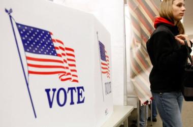 米ニューハンプシャー州の投票所。ペンシルベニア州は投票有権者名簿から死者の名前を削除すると発表した (Win McNamee/Getty Images)