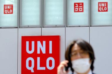 2021年4月、東京都内のユニクロ店舗の前を過ぎ去る男性(KAZUHIRO NOGI/AFP via Getty Images)