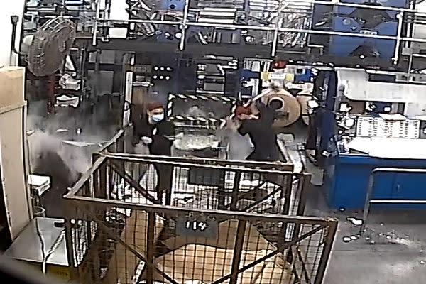香港大紀元の印刷工場に12日早朝、マスク姿の男4人が侵入し印刷機械を破壊した(工場内に設置された監視カメラの映像より)
