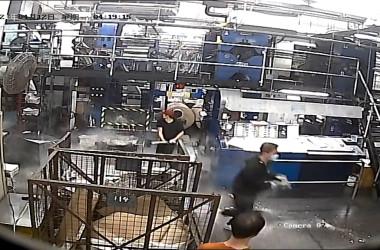 暴徒による襲撃の様子。画面中央部の赤い帽子をかぶった男が大きなハンマーを手にしているのが分かる(大紀元)
