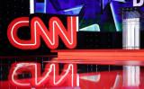 2015年10月13日、ネバダ州ラスベガスで行われた民主党の大統領候補討論会で映し出されたCNNのロゴ(Alex Wong/Getty Images)