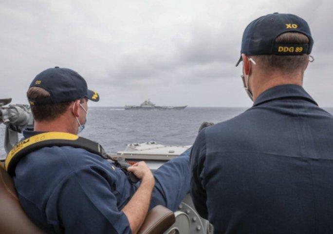 ロバート・J・ブリッグス(Robert J. Briggs)司令官とリチャード・D・スライ(Richard D. Slye)司令官は、米海軍駆逐艦マスティンからフィリピン海を航行する中国空母「遼寧」を監視している。(U.S. Navy photo by Mass Communication Specialist 3rd Class Arthur Rosen)
