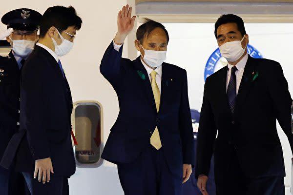 2021年4月15日夜、日米首脳会談に臨むため専用機で米国に出発した菅首相(Photo by STR / various sources / AFP) / Japan OUT