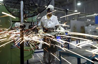 2003年6月14日、ホンダに部品を供給している日系企業、オートパーツアライアンス(中国)の広東工場で働く溶接工(PETER PARKS/AFP via Getty Images)