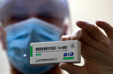 中国のシノファーム社製ワクチンの投与を示す医療従事者(KHALIL MAZRAAWI/AFP via Getty Images)