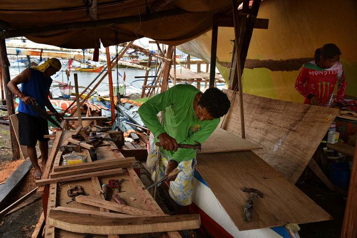 2016年ハーグの仲裁裁判所の判決前、造船所で作業を進めるフィリピンの漁師たち(Jes Aznar/Getty Images)