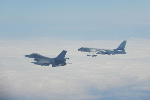 2020年2月9日、台湾の防空識別圏(ADIZ)に侵入した中国軍機を監視するために、緊急発進する台湾国軍のF-16戦闘機(左)(台湾国防部)