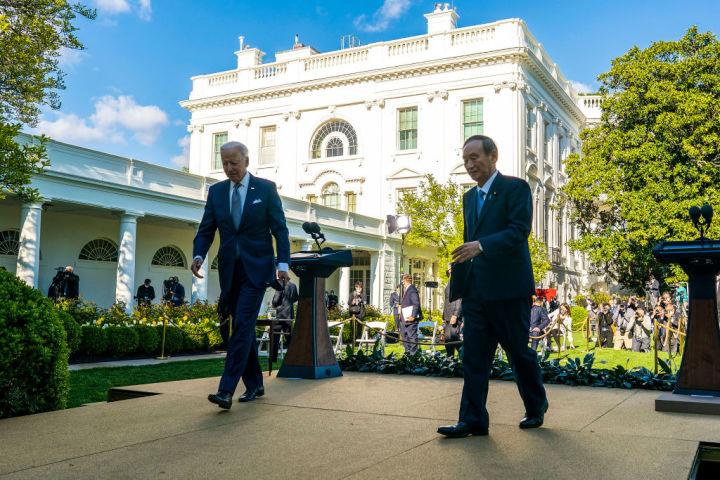 4月16日、米ホワイトハウスで首脳会談を行った菅義偉首相とバイデン大統領(Doug Mills-Pool/Getty Images)