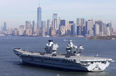 ニューヨークに寄港するクイーンエリザベス号空母。2018年10月19日撮影(Photo by Christopher Furlong/Getty Images)