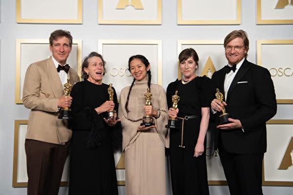 2020年4月25日、米アカデミー賞授賞式に出席したクロエ・ジャオ監督(中央) (Matt Petit/A.M.P.A.S. via Getty Images)