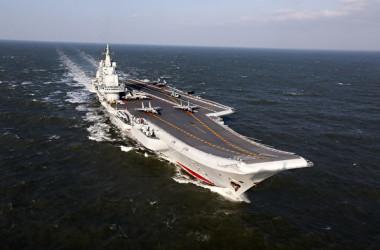 中国空母「遼寧」(STR/AFP via Getty Images)