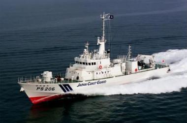 2013年8月18日、尖閣諸島を通過する海上保安庁の巡視船「PS206 ほうおう」(Ruairidh Villar/Reuters)