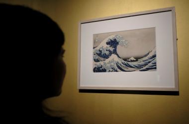 葛飾北斎の代表的な浮世絵作「富嶽三十六景神奈川沖浪裏」は2017年、イタリアのローマで展示された。参考写真(ANDREAS SOLARO/AFP via Getty Images)