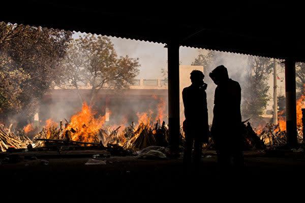 2021年4月24日、新型コロナウイルスの感染が急拡大しているインドで、公園や駐車場などに火葬場を設けた(Anindito Mukherjee/Getty Images)