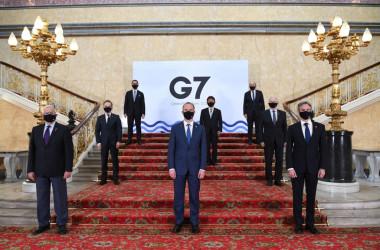 英ロンドンでG7外相会議が開かれている。会議場となった邸宅で、撮影する外相たち (Photo by Stefan Rousseau-WPA Pool/Getty Images)