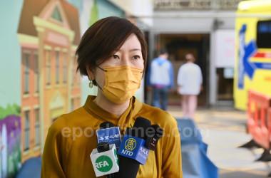5月11日、検査を終え、病院で記者の取材に答える梁珍さん(宋碧龍/大紀元)