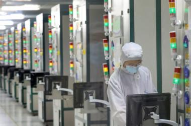 2021年3月17日、中国の半導体会社の工場で働く従業員(STR/AFP via Getty Images)