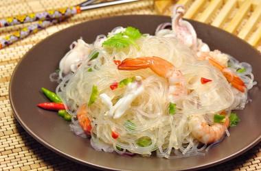 緑豆はるさめを使った料理「はるさめの海鮮あえ」。栄養豊富で、満足感十分の一品です。(Shutterstock)