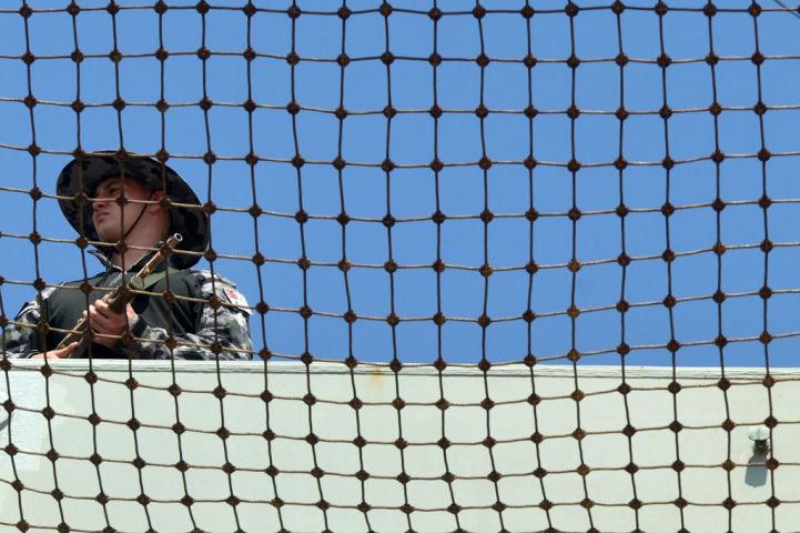 2019年3月、オーストラリア海軍の重巡洋艦キャンベラがスリランカ首都コロンボ港に寄港する際、警備するオーストラリア海兵。参考写真(ISHARA S. KODIKARA/AFP via Getty Images)