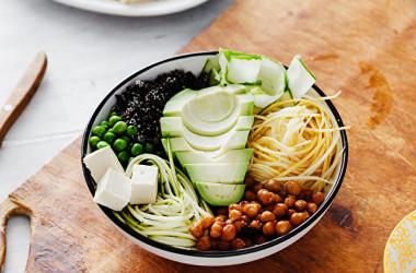 MINDダイエットと食事の改善で脳の老化を防ぎます。(Shutterstock)
