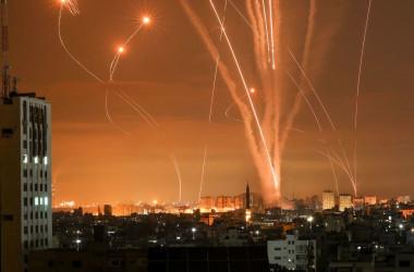 2021年5月14日、ガザ地区北部のベイトラヒアからイスラエルに向けて発射されたロケット弾と、それを撃ち落とす迎撃システム「アイアンドーム」の模様(MOHAMMED ABED/AFP via Getty Images)