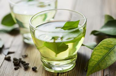 緑茶などから摂取できるタンニンは、新型コロナウイルスの活性を抑制します。(Shutterstock)