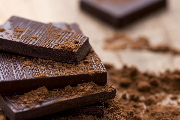 純度の高い黒チョコレートは、気分をリフレッシュするだけでなく、血圧を下げて心血管を守ります。(Shutterstock)