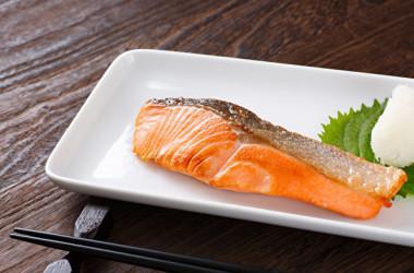 鮭のもつ5大栄養は脳を元気にします。(Shutterstock)