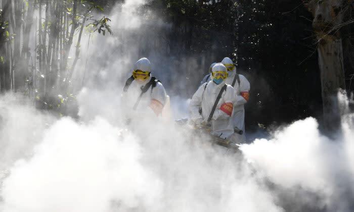 安徽省で消毒作業を行う作業員たち、2020年2月撮影(AP通信)