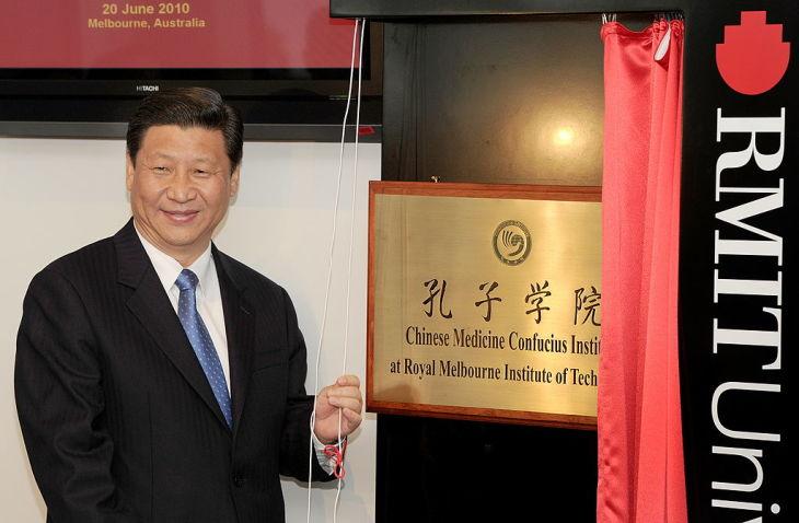 オーストラリア・メルボルンにある孔子学院の開校式に出席した習近平氏。孔子学院と中国共産党の強い関係性が伺える。2010年に撮影(Photo credit should read WILLIAM WEST/AFP via Getty Images)