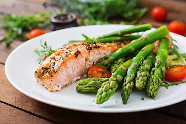 食事の改善により、血液をきれいにすることが血管の保護につながります。(Shutterstock)