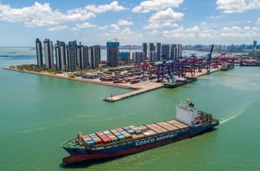 貨物船が中国海南省の港から出港する様子。2021年5月17日撮影。 (Photo by RODGER BOSCH/AFP via Getty Images)