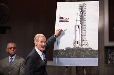 ネルソンNASA長官(当時は上院議員)と当時のNASAチャールズ・ボールデン長官(左)は、2011年9月14日に新型スペース・ローンチ・システムの設計を紹介する記者会見を開いた。参考写真(Photo by Chip Somodevilla/Getty Images)